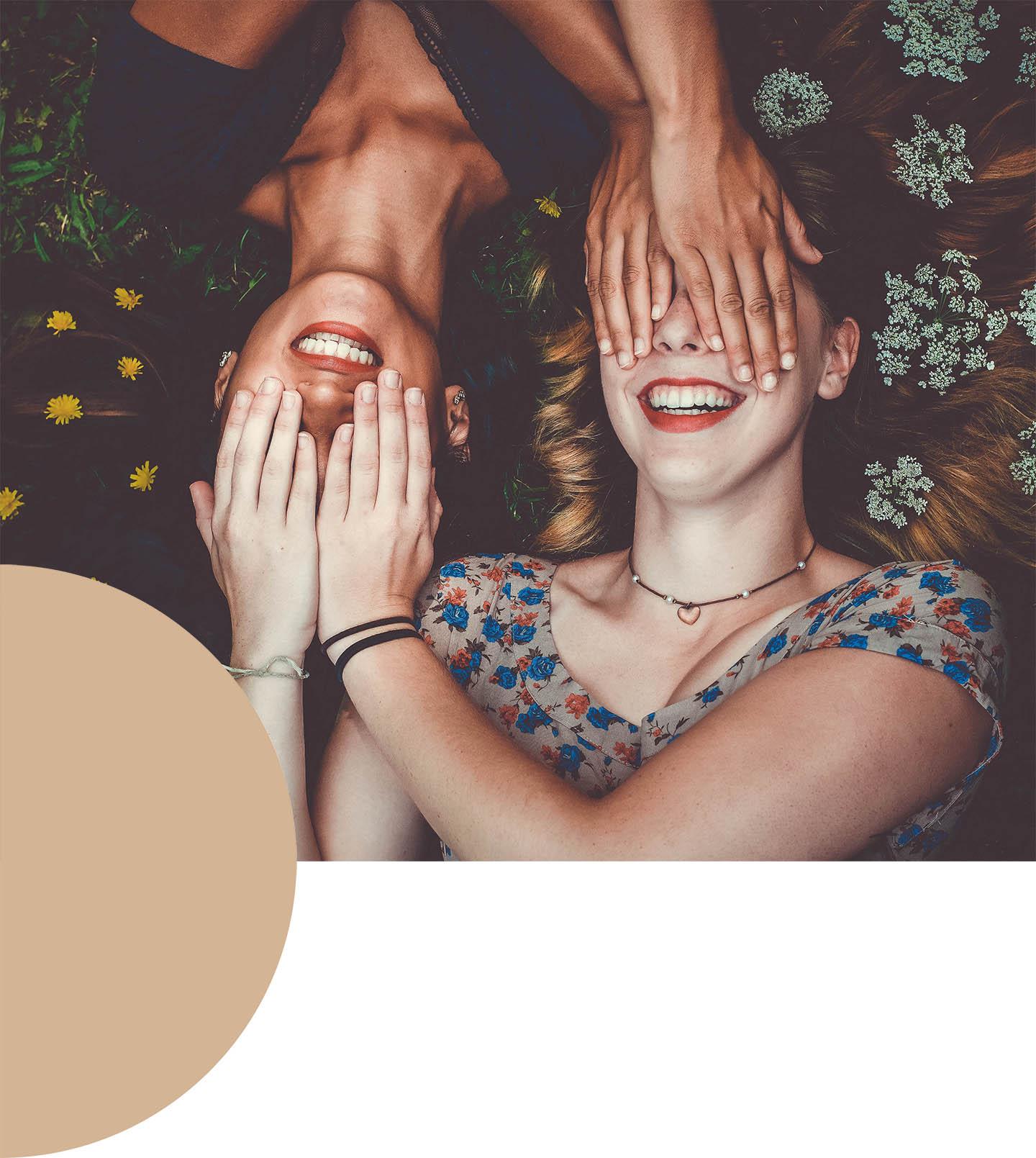 Vayana - Angebote von Josefine Pfeifhofer - blinde Situationsdarstellung - deine Situation wertefrei darstellen - junge Mädchen in der Wiese, halten sich gegenseitig die Augen zu - Foto by Sam Manns via Unsplash.com