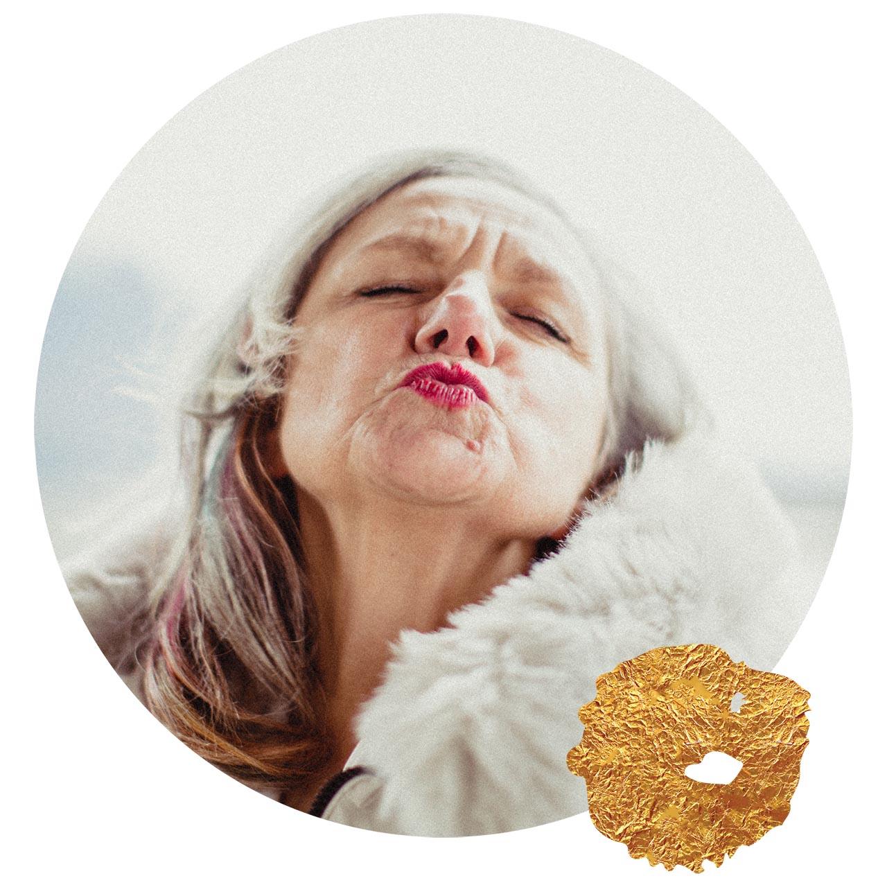Vayana - einfach sein - Josefine Pfeifhofer bedankt sich bei allen Begleitern auf ihrem Weg - Kussmund und Goldklecks am Bild