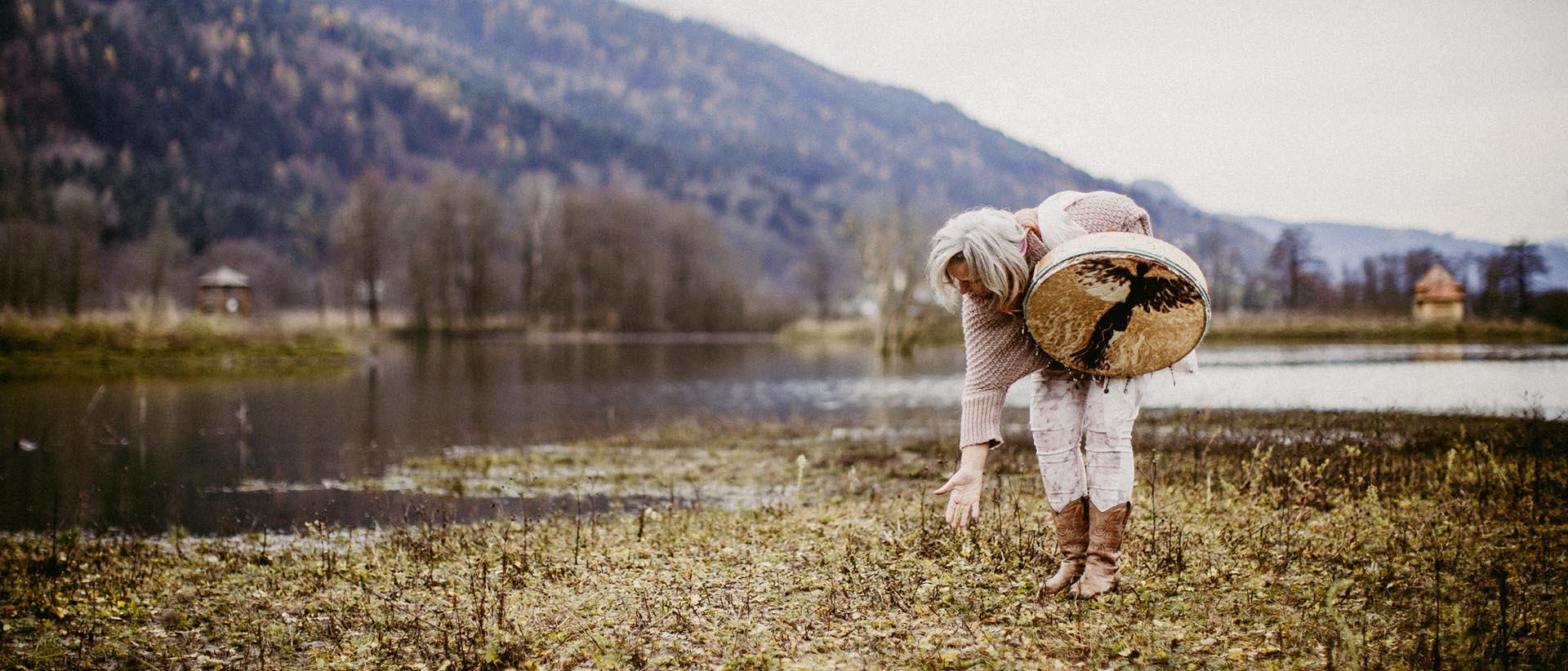 Vayana - einfach sein - Josefine Pfeifhofer die Naturliebhaberin pflückt Blumen am Ufer eines Sees in Kärnten