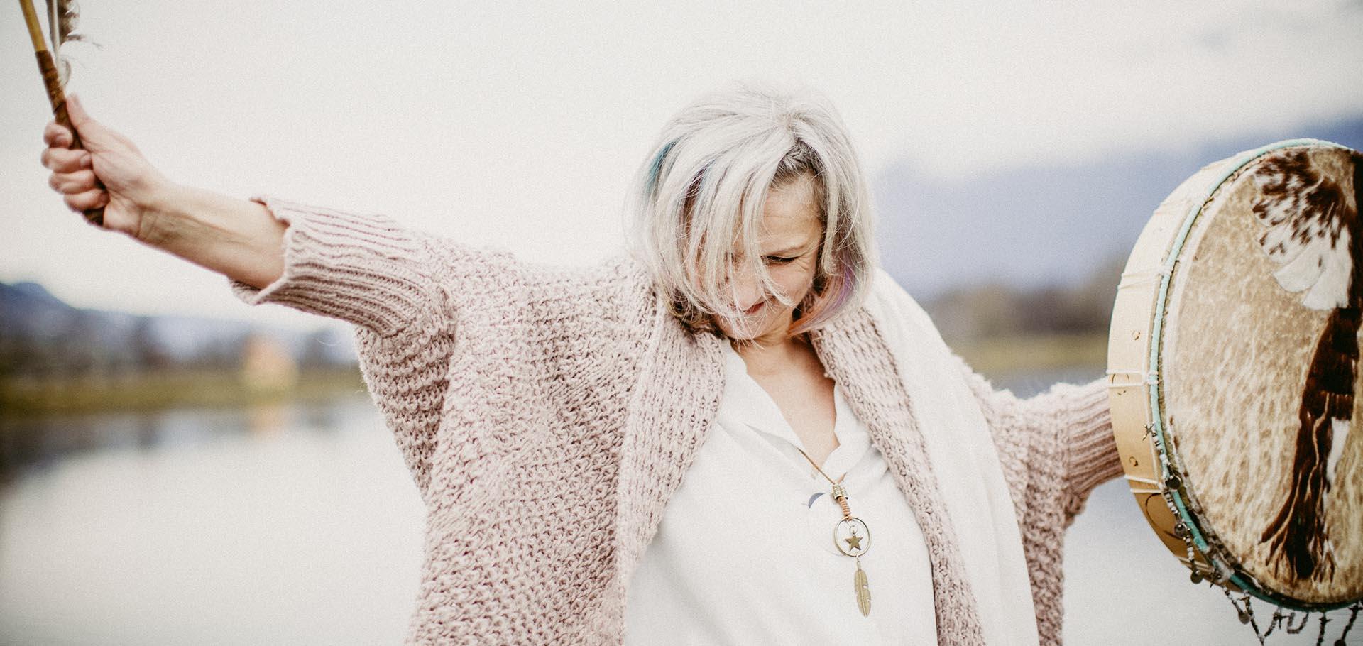 Vayana - einfach sein - Josefine Pfeifhofer tanzt mit ihrer Trommel zu rhythmischen Klängen im Freien