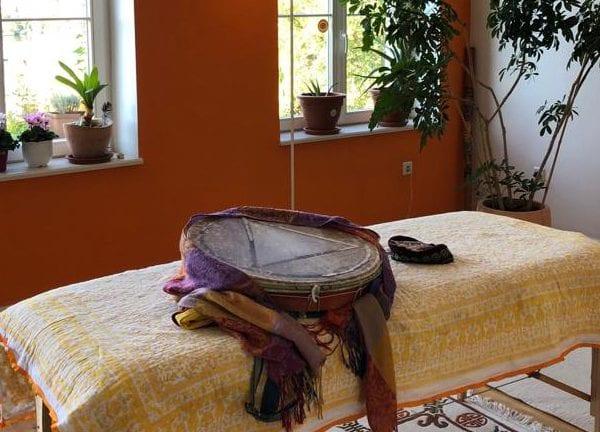 Vayana heiler- & Intuitionstrainer Ausbildung bewusst verändern - seminarraum mit Liege und Trommel