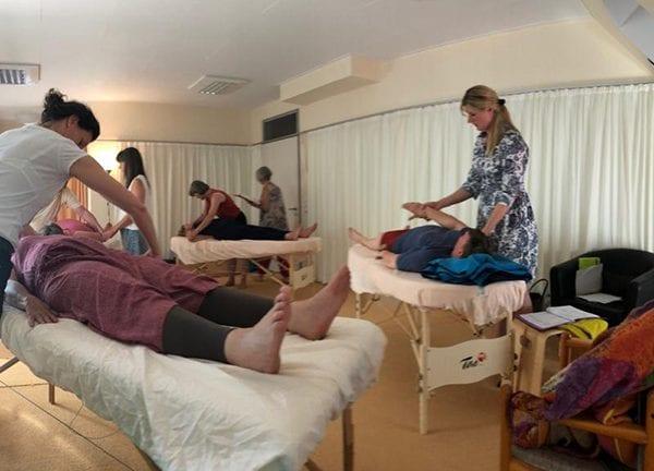 Vayana heiler- & Intuitionstrainer Ausbildung - Seminarraum mit Behandlungsliegen und Teilnehmer beim Arbeiten
