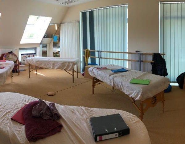 Vayana heiler- & Intuitionstrainer Ausbildung - Seminarraum mit Behandlungsliegen