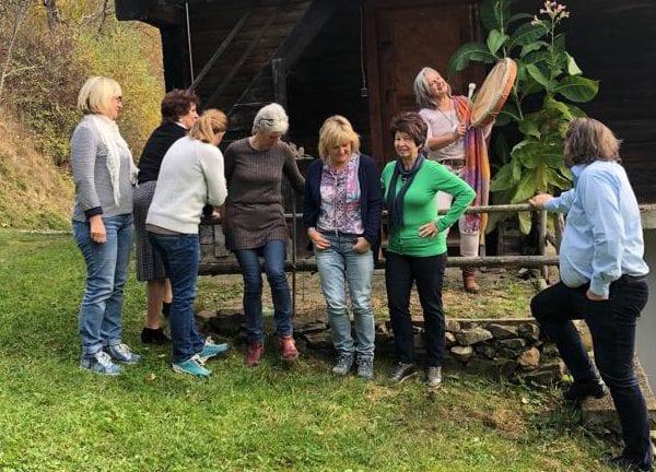 Vayana heiler- & Intuitionstrainer Ausbildung - Teilnehmer der Gruppe auf einem Bauernhof in Österreich