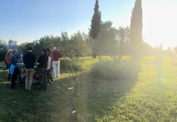 Vayana heiler- & Intuitionstrainer Ausbildung - Teilnehmer des Workshops beim Arbeiten bei Sonnenaufgang
