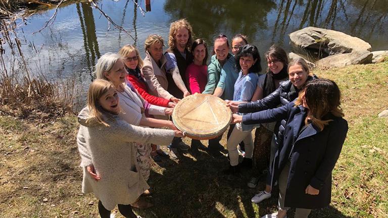 Vayana heiler- & Intuitionstrainer Ausbildung - Gruppenfoto im Kreis mit schamanischer Trommel