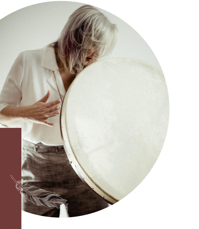 Vayana Josefine Pfeifhofer - Portraitfoto mit Trommel und illustrierter Feder