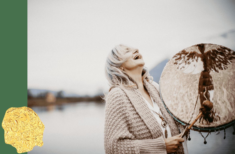 Vayana Josefine Pfeifhofer - einfach sein - Josefine steht mit der Trommel im Schilfgurtel am See in Kärnten - Startseite Titelbilld