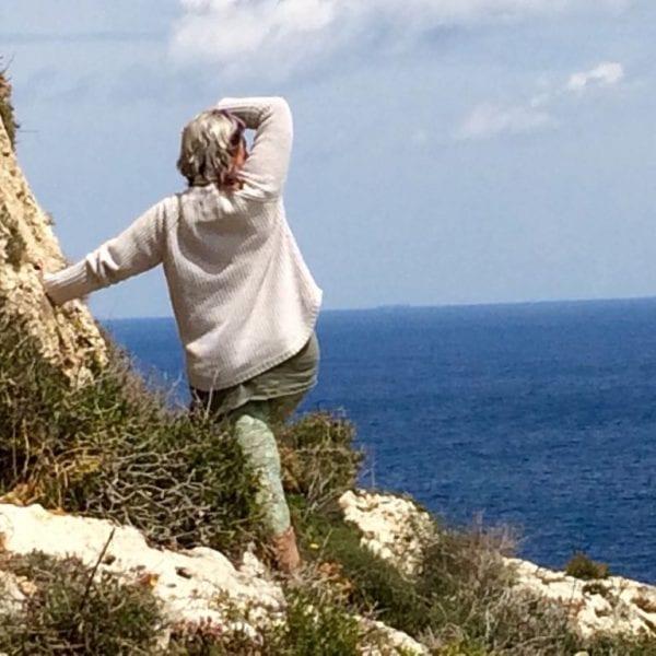 Vayana Mee(h)r Energie Seminar - Josefine in Karmenjak, Kroatien auf den Klippen blickt auf das Meer hinaus
