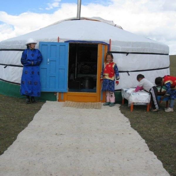 Vayana Josefine in der Mongolei mit Einheimischen vor einer mongolischen Jurte
