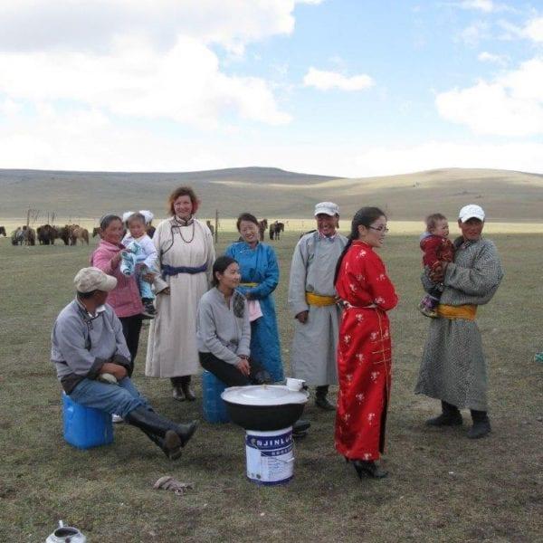Vayana Josefine in der Mongolei mit Einheimischen